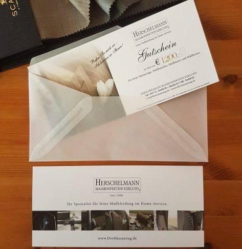 Gutschein für Maßanzug und Maßkonfektion von Herschelmann, maßgeschneiderter Anzug aus Stoffen von Scabal. Geschenkgutschein mit Stoffbündel.
